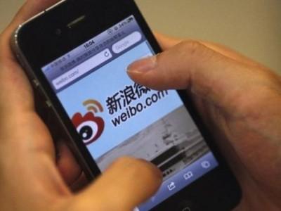 smartphone user on Weibo